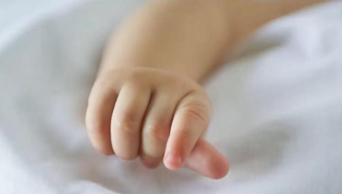 Abandoned by his mother on the side of a three-month old girl found dead
