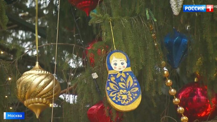 Dolls and gold cockerels: the main tree of the country dressed in folk style