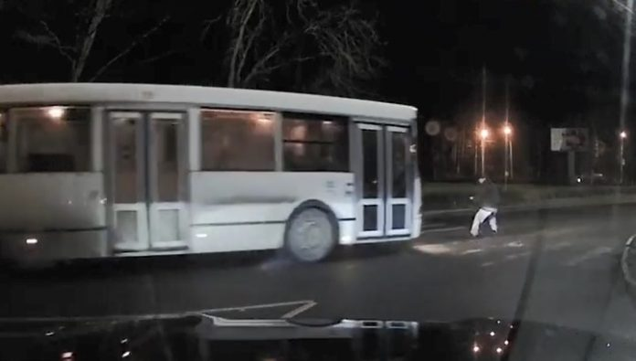In Leningrad region the bus knocked down a pensioner crossing the road. Video