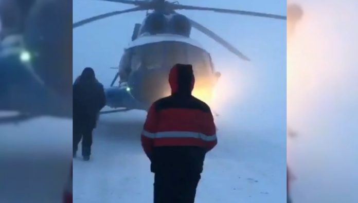 A helicopter with empty tanks in the Blizzard got on the road on the Yamal Peninsula