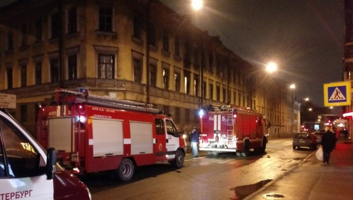 Blazing man fell from the roof at the woman in the center of St. Petersburg