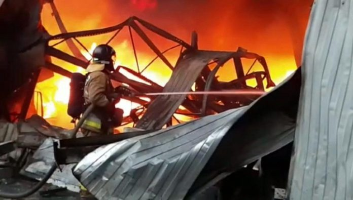 In the Novosibirsk region is burning a large shopping complex