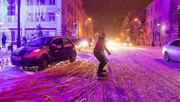 In Vladivostok snowboarder punished for riding on the roadway during a snowfall