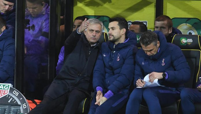 Mourinho during the match looked in the notebook of their coach, and then called him an idiot