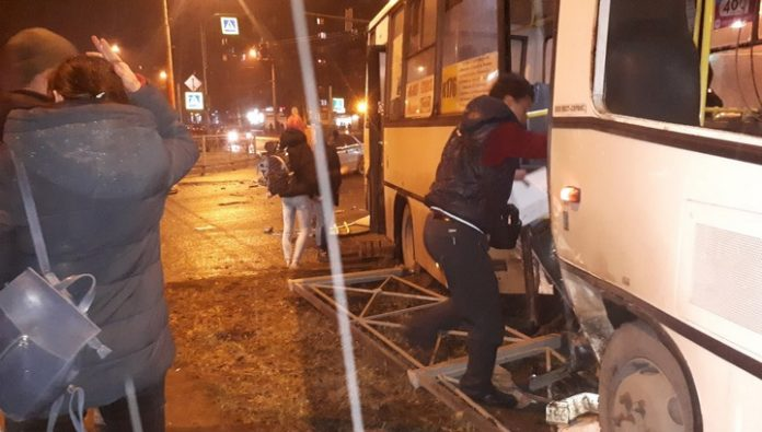 People fell out of the cabin of the bus after an accident in St. Petersburg. Video