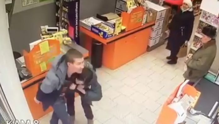 Shoplifter managed to escape, attacked the seller with a knife. Video