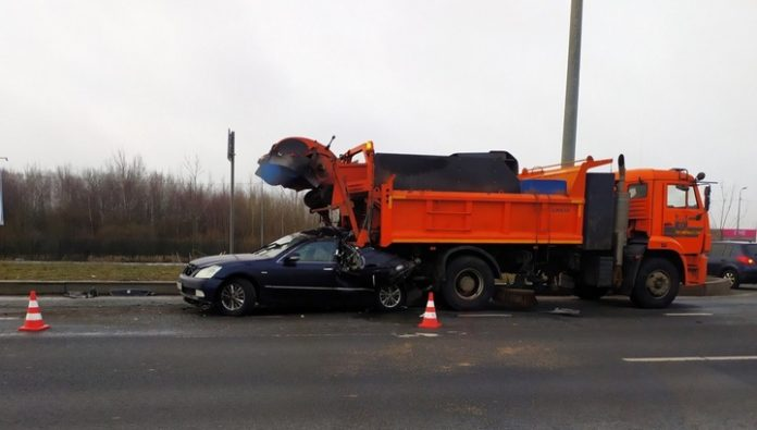 The driver of the car died, faced with the machine of the road in St. Petersburg. Video