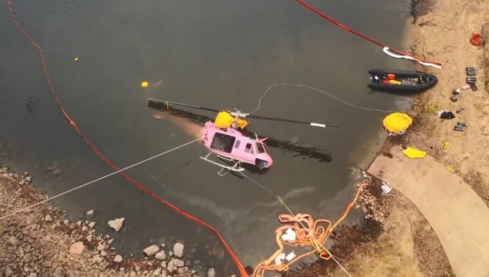 The military raised from the water, the helicopter that crashed while fighting fires in Australia. Video