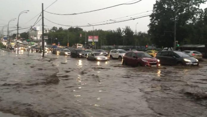 Due to flooding on the roads Muscovites advised to refrain from traveling