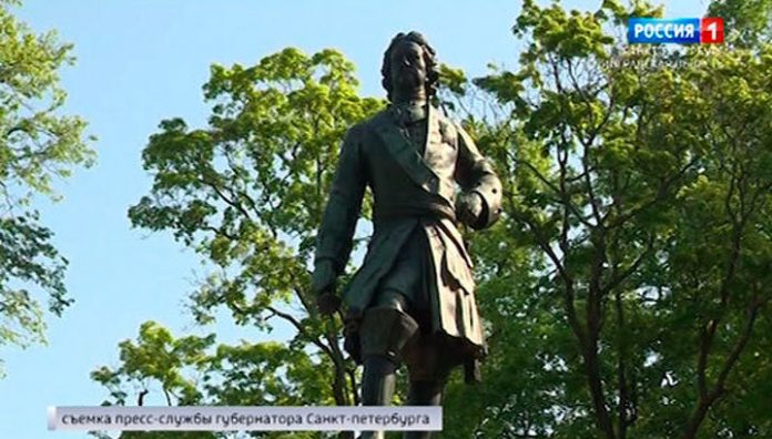 Head of St. Petersburg laid flowers at the monument to Peter I in Kronstadt