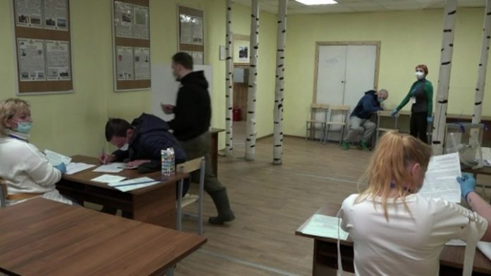 In early voting on amendments to the Constitution already adopted by thousands of Russians