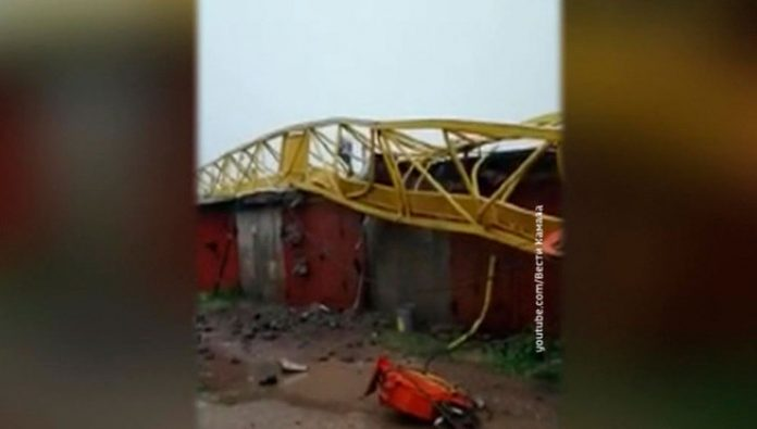 In Naberezhnye Chelny the powerful wind knocked two construction crane