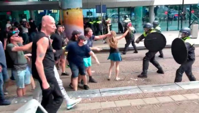 In the Hague the police used water cannons against the protesters