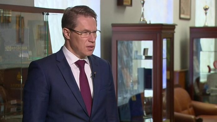 The Minister urged the Russians to continue to wear the mask