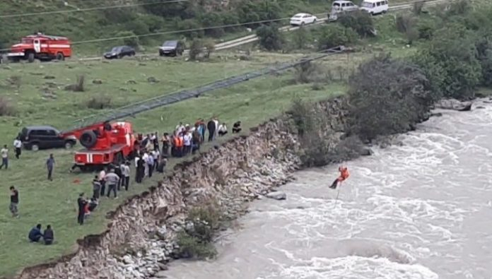 In Kabardino-Balkaria third day looking for a car with people fell into a river gorge