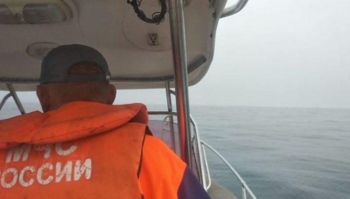 Off the coast of Primorye rescued the lost fishermen on the boat